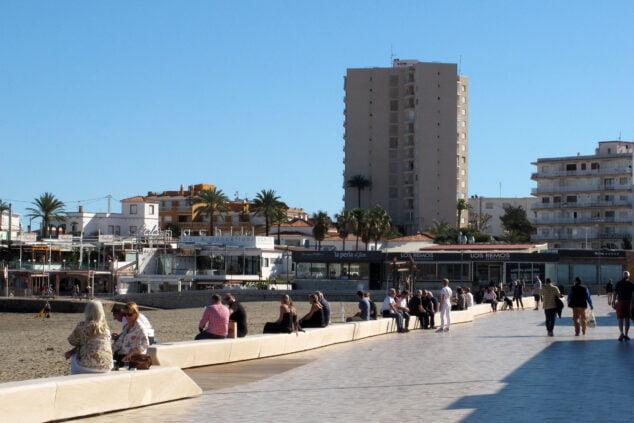 Imagen: Personas paseando en la playa del Arenal