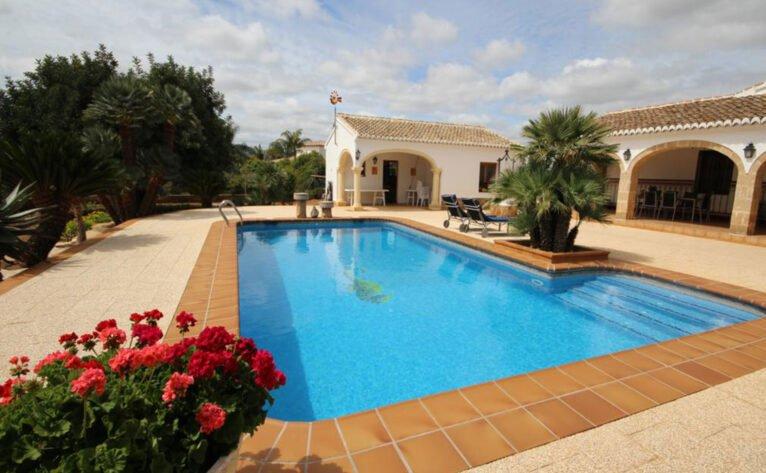 Piscina de una casa mediterránea con apartamento de invitados en Jávea - Atina Inmobiliaria