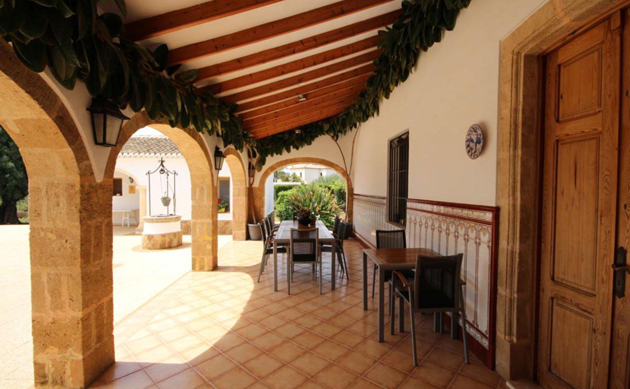 Terraza cubierta de una casa mediterránea con apartamento de invitados en Jávea – Atina Inmobiliaria