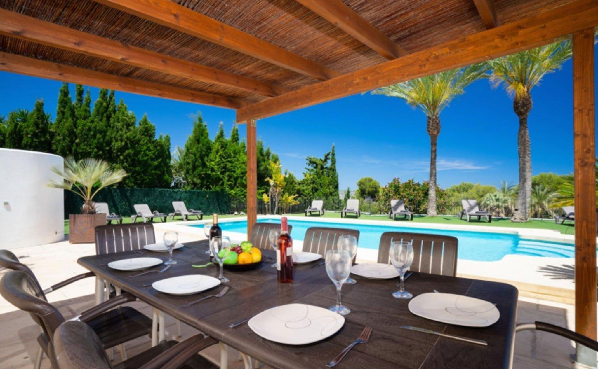 Terraza cubierta en una villa de alto standing – Terramar Costa Blanca