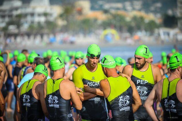 Imagen: Atletas momento antes de iniciar la prueba de natación