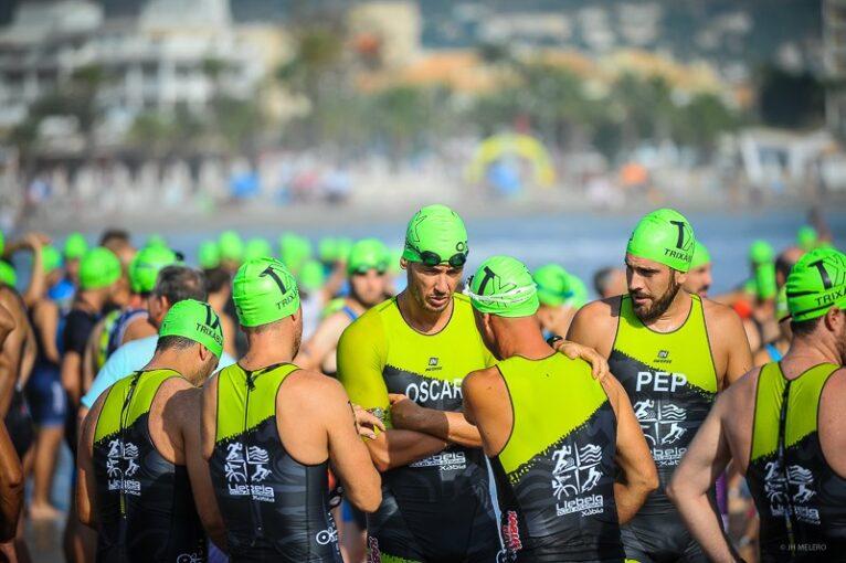 Atletas momento antes de iniciar la prueba de natación