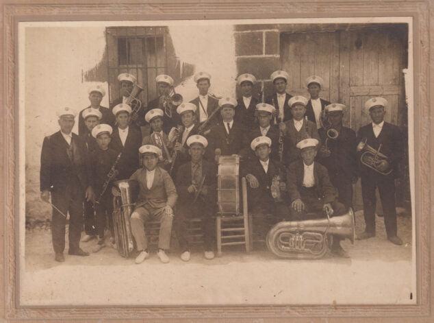 Imagen: Banda de música la raval 1921 en el Carrer Nou
