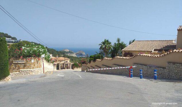 Imagen: Barrera en el acceso de vehículos a la Cala de la Barraca