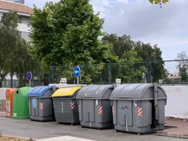 Imagen: Batería de contenedores en una calle de Xàbia