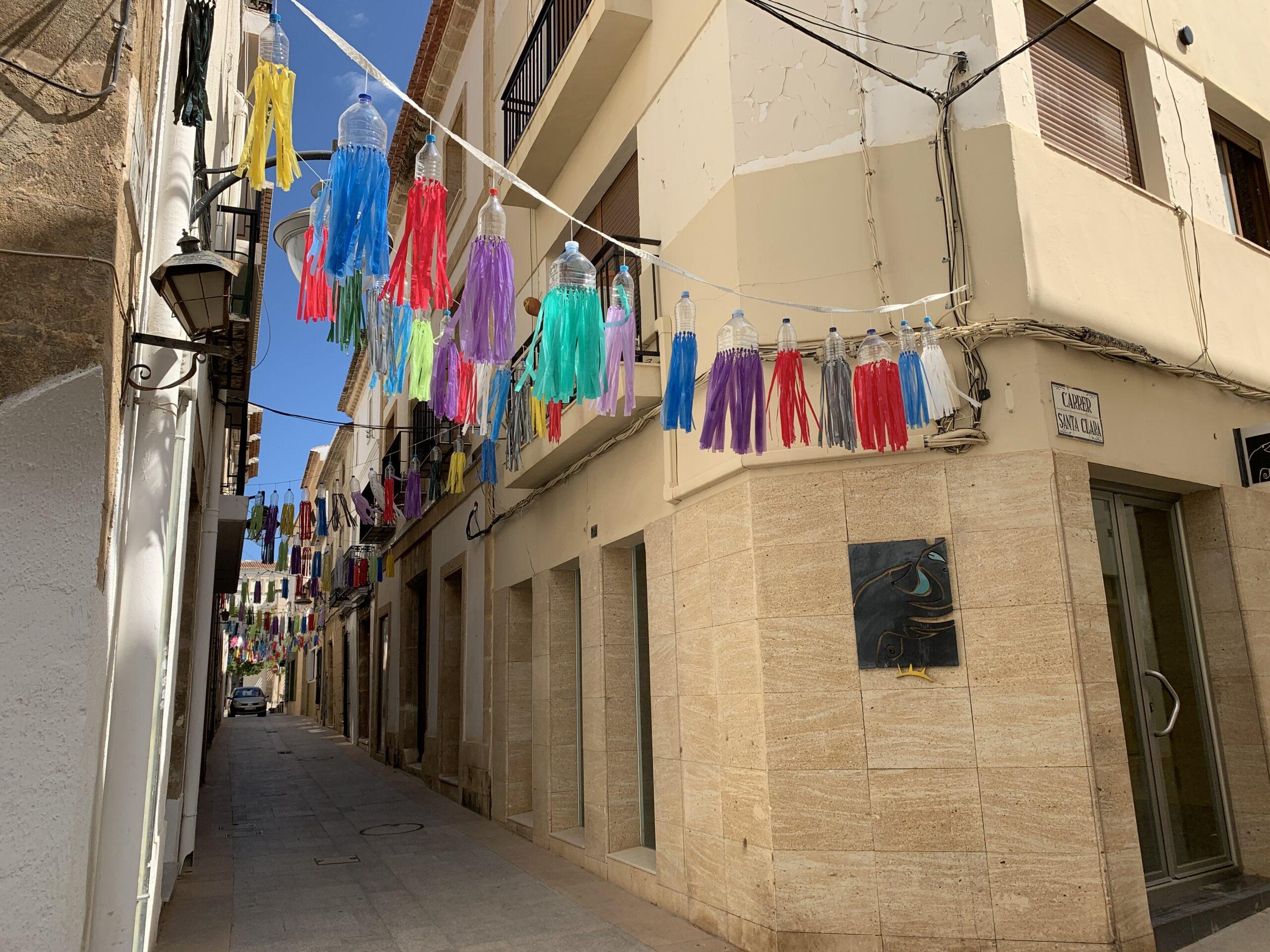 Calle de Tossal de Baix engalanada
