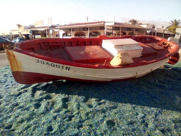 Imagen: Destrozos en la barca que decora la entrada a la playa del Arenal