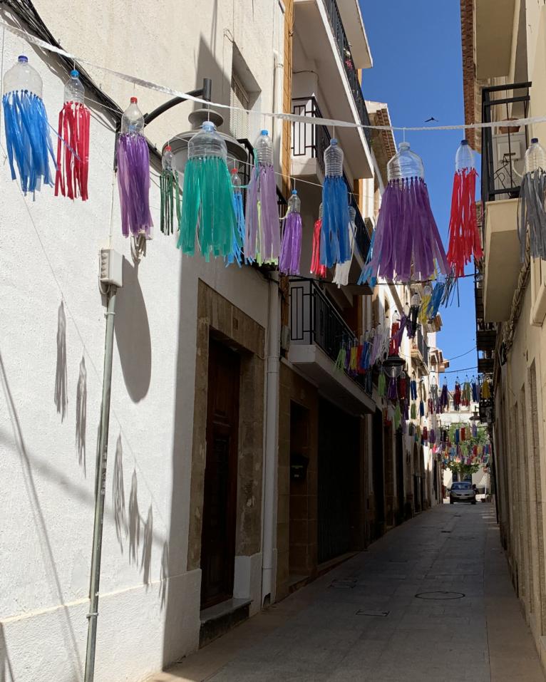 Detalles del engalanado de la calle Tossal de Baix