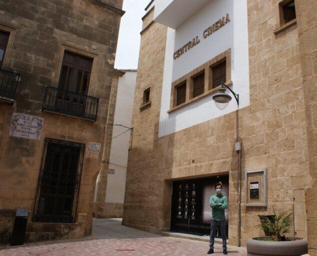 Imagen: El portavoz de Ciudadanos frente al Central Cinema