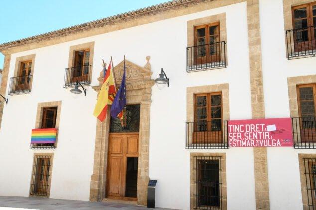 Imagen: Fachada del Ayuntamiento de Xàbia con motivo del día LGTBI
