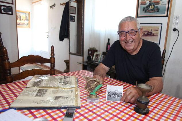 Imagen: José Bisquert junto a su primer y su último trofeo