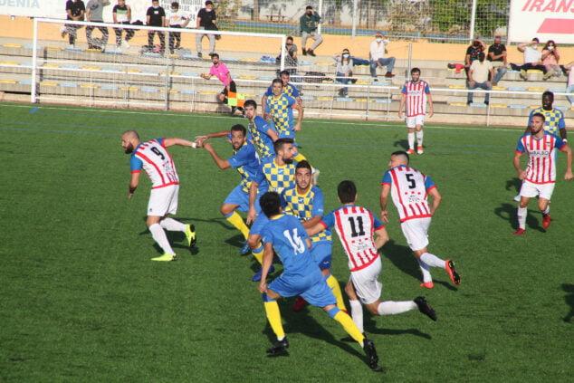 Imagen: Jugadores del CD Jávea en el partido contra el CD Dénia