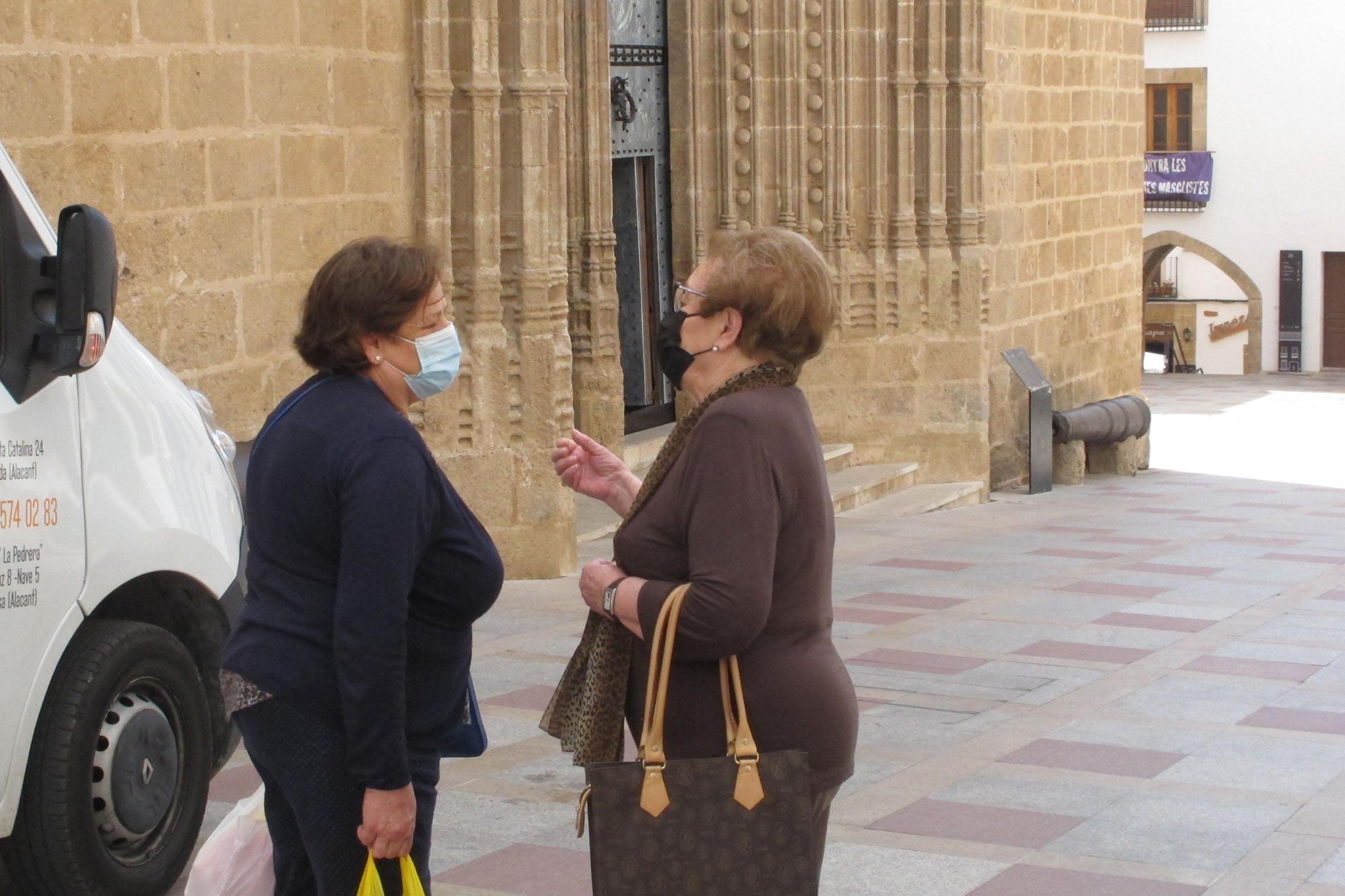 Mujeres con mascarilla en la calle