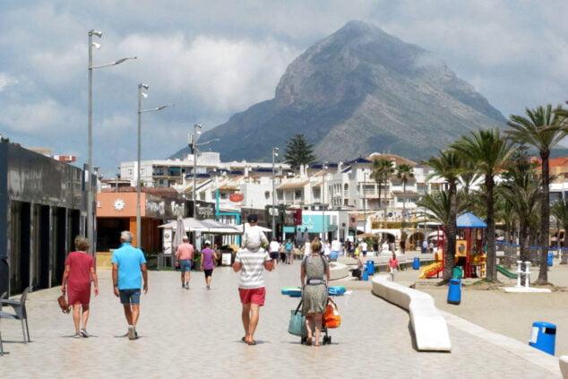 Imagen: Personas paseando en el paseo del Arenal