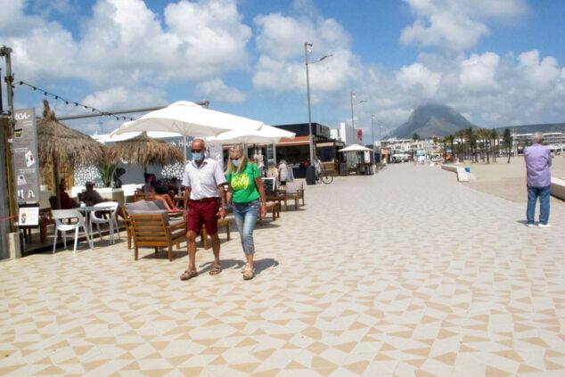 Imagen: Personas paseando por la playa del Arenal