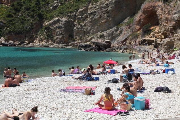 Imagen: Turistas en la Cala de Granadella