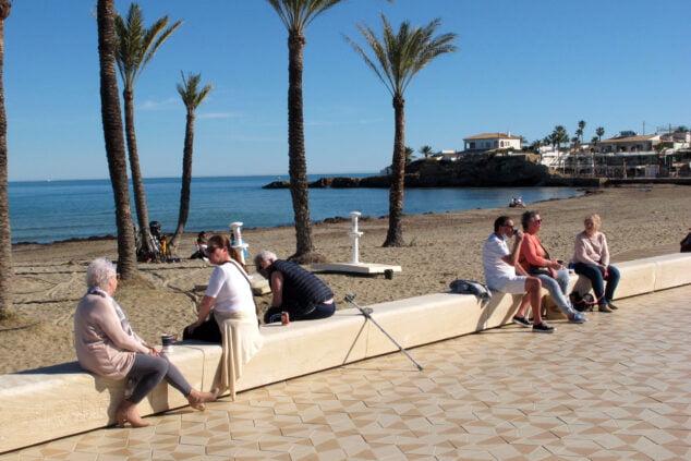 Imagen: Turistas en la playa del Arenal