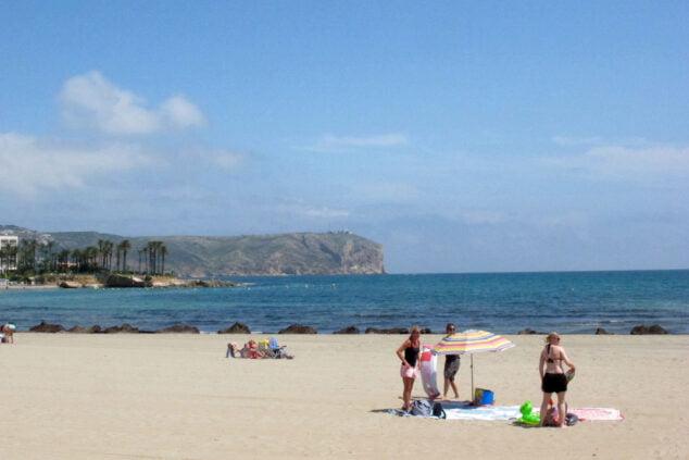 Imagen: Turistas en la playa del Arenal de Xàbia