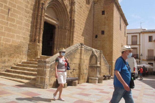 Imagen: Turistas paseando por el centro histórico de Xàbia