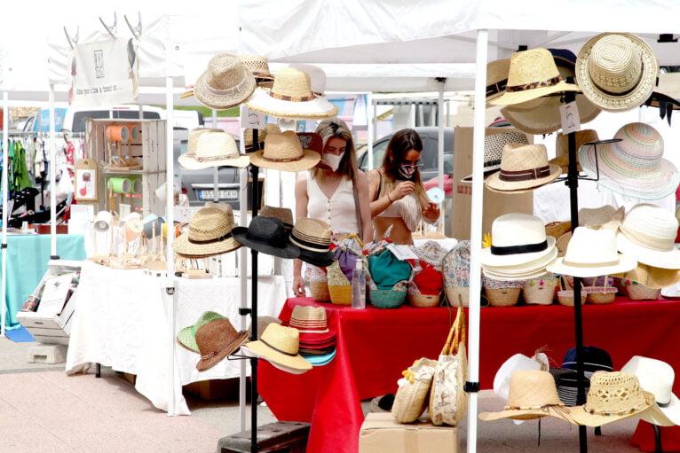 Visitantes en la I Feria del Stock de la Marina Alta