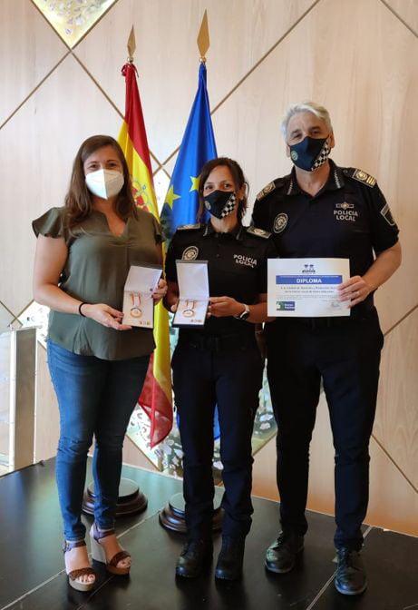 Agentes de Policía Local de Xàbia con el distintivo