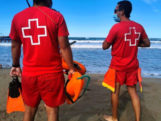 Imagen: Socorristas de Cruz Roja durante una vigilancia