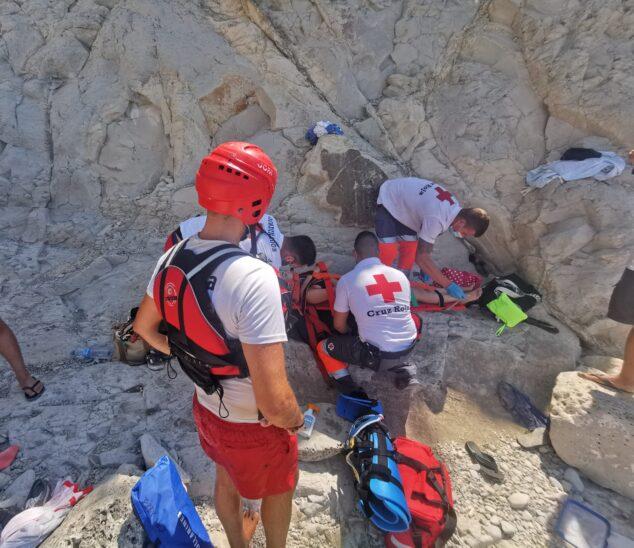 Imagen: Cruz Roja atiende a la joven herida en una cala de Xàbia