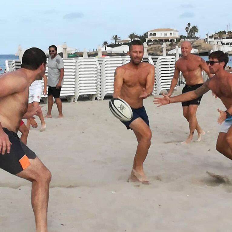 Grupo de adultos jugando al Touch Rugby