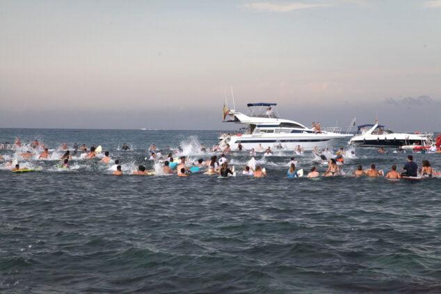 Imagen: Homenaje desde el mar al surfista Óscar Serra en Xàbia