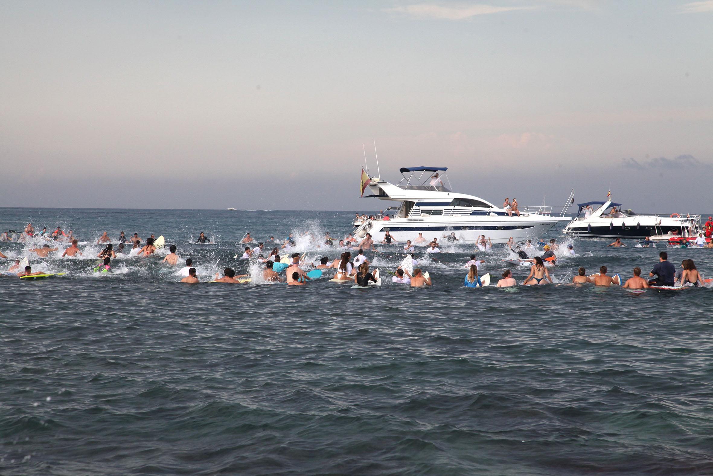 Homenaje desde el mar al surfista Óscar Serra en Xàbia
