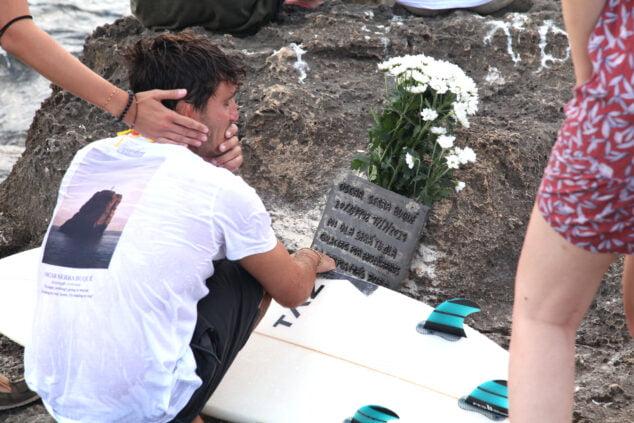Imagen: Placa en homenaje al surfista Óscar Serra en Xàbia