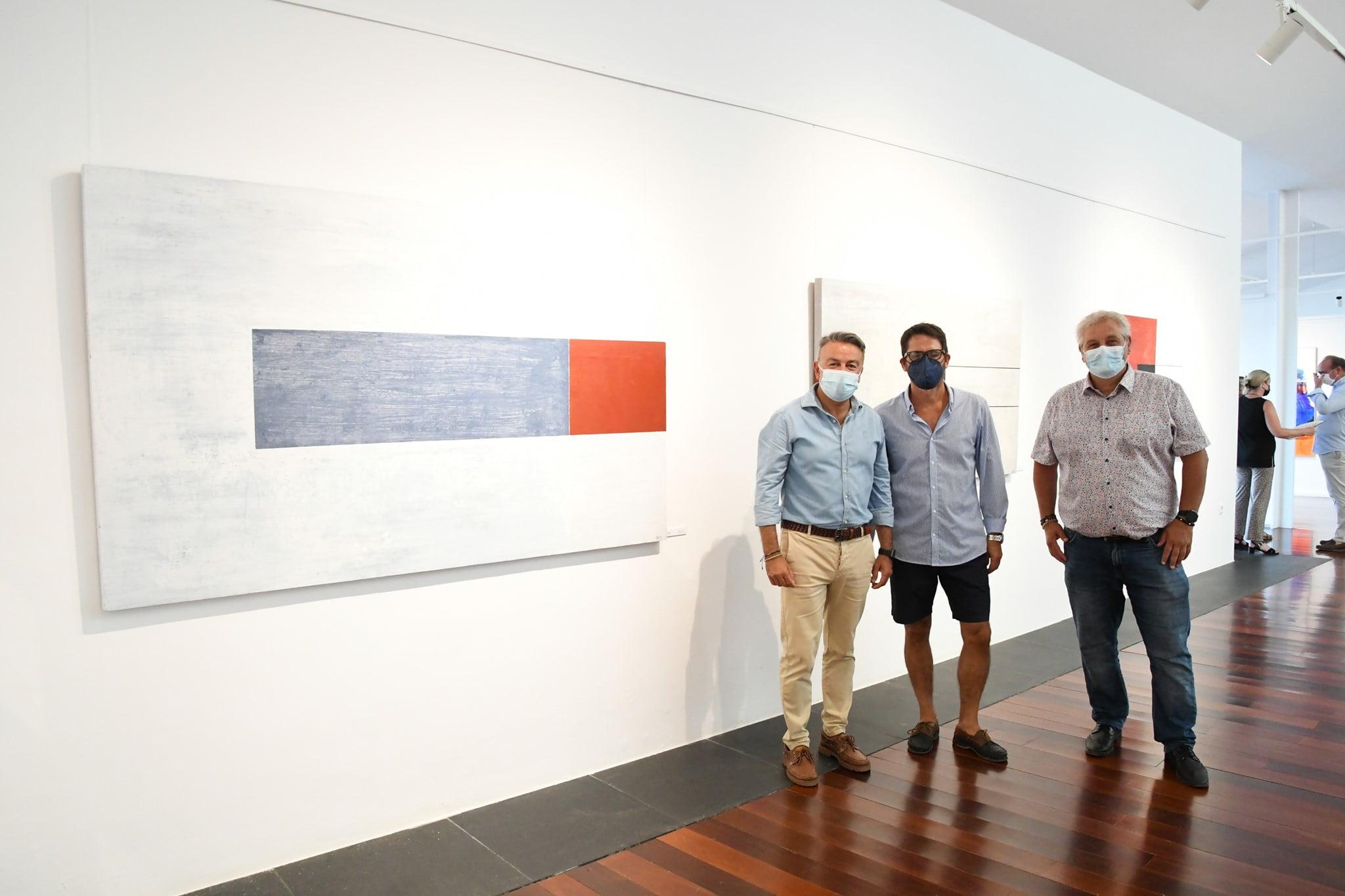 Jaume Monfort con los ediles y su obra