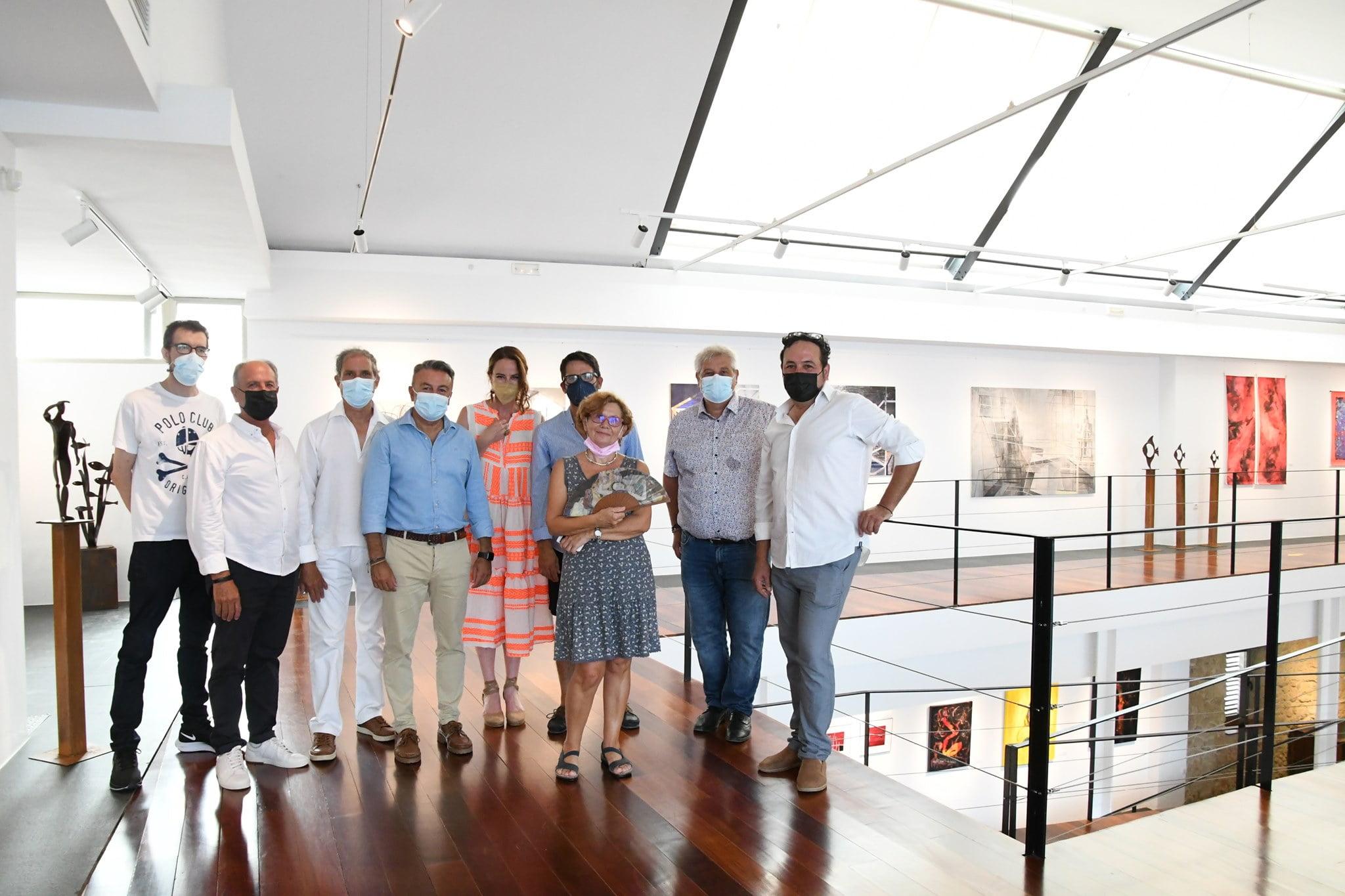 Los siete artistas de la exposición con el alcalde y concejal