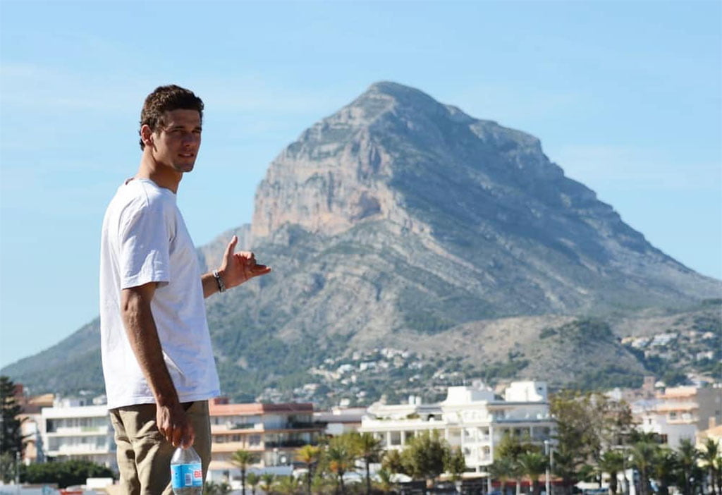 Óscar Serra frente a la playa del Arenal de Xàbia