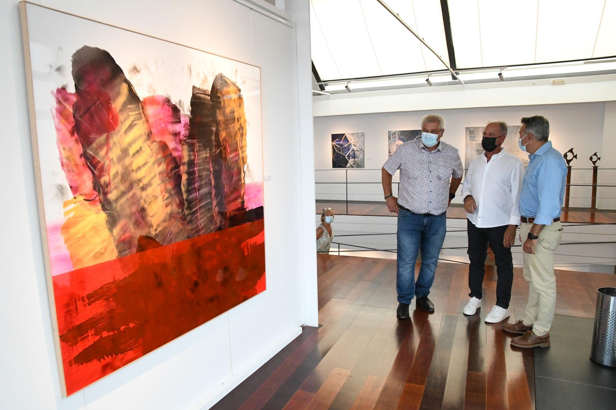 Tomás Sivera junto a una de sus obras