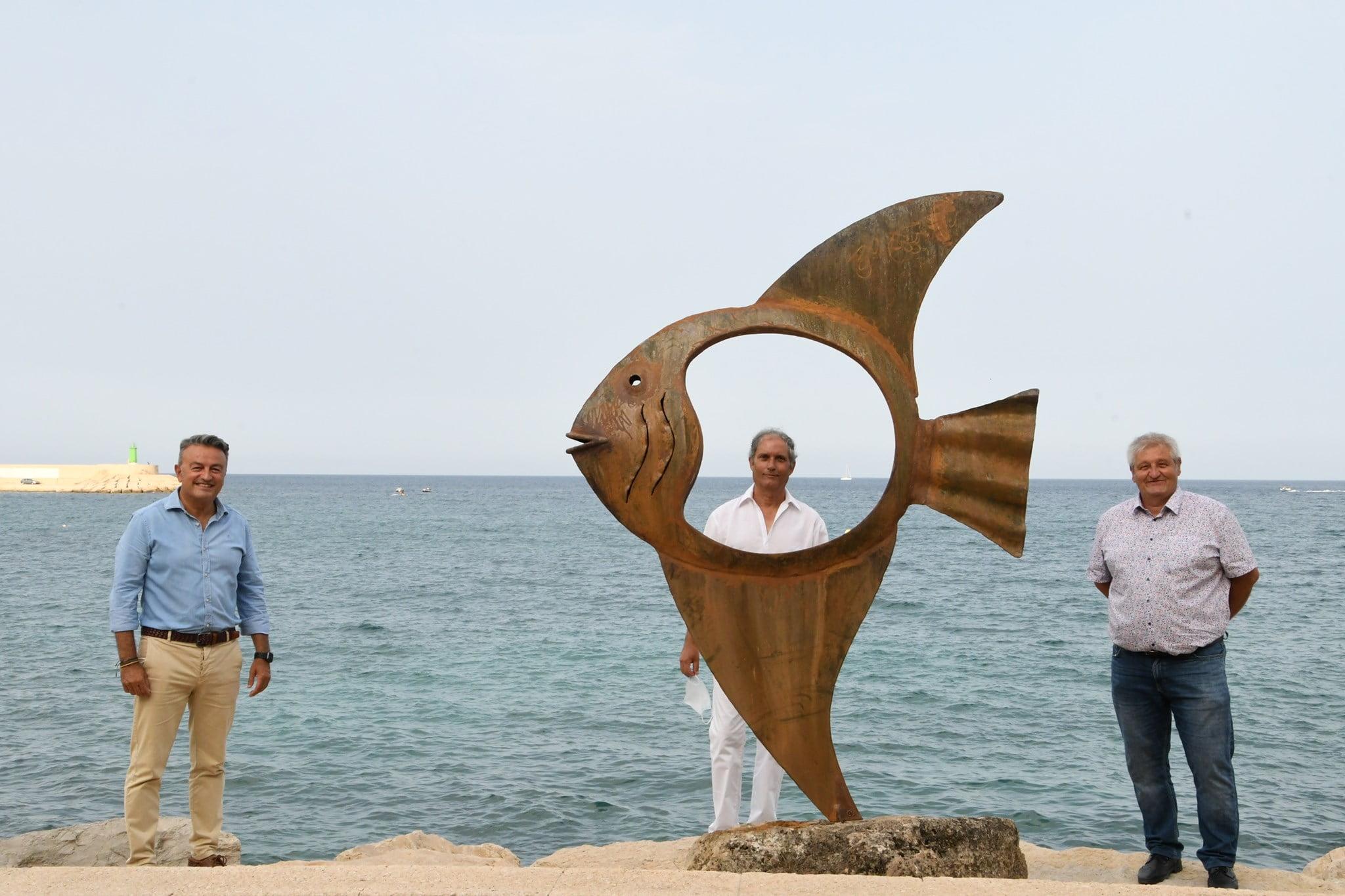 Toni Marí y su escultura de la exposición Art 7 Cable