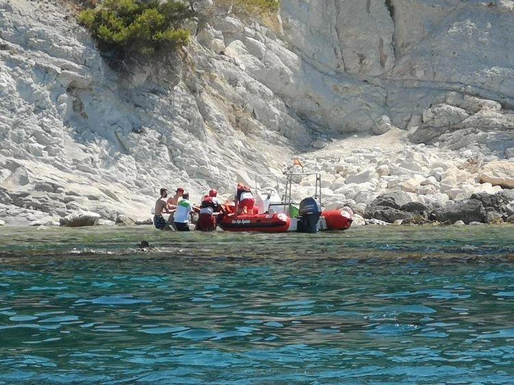 Traslado de la bañista con la embarcación de Cruz Roja