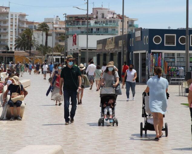 Imagen: Turistas paseando por la playa del Arenal