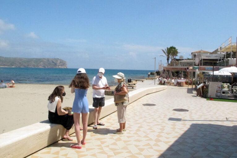 Visitantes en la playa del Arenal