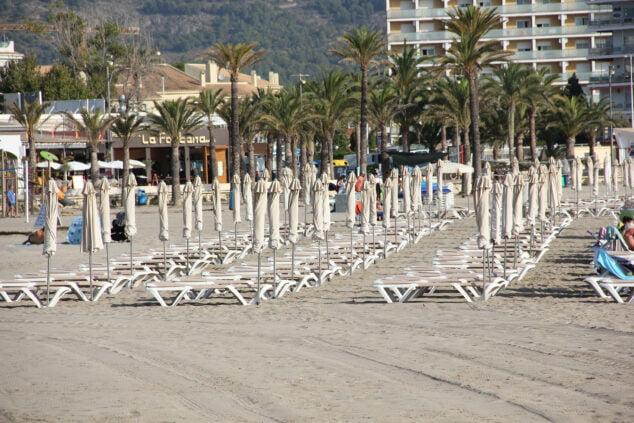 Imagen: Amplia zona de hamacas y sombrillas para alquiler a pie de playa