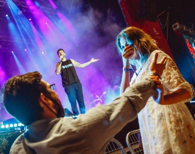 Imagen: Andrés Contreras pedida de mano en el concierto de Melendi