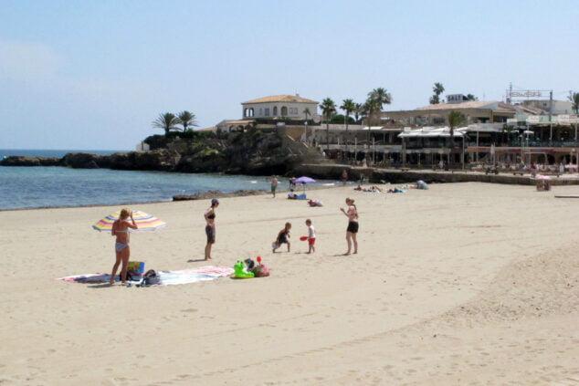 Imagen: Bañistas en la playa del Arenal
