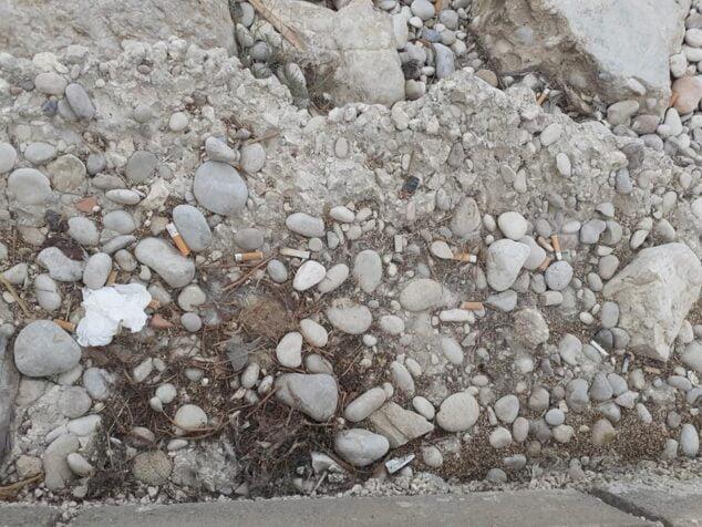 Imagen: Colillas tiradas en primera línea de la playa