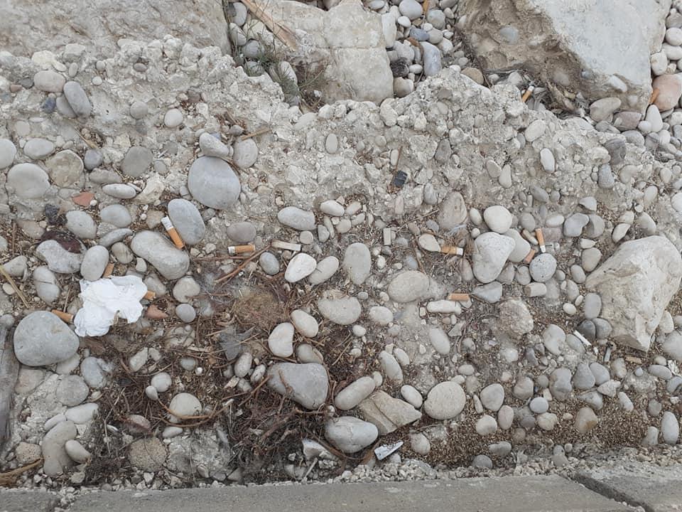 Colillas tiradas en primera línea de la playa