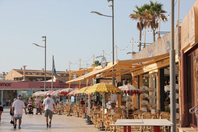 Imagen: Comercios y restaurantes en la playa del Arenal