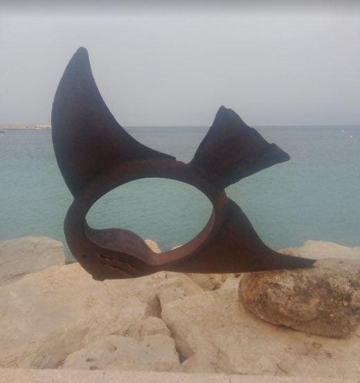 Imagen: Escultura de Pez de hierro derribada