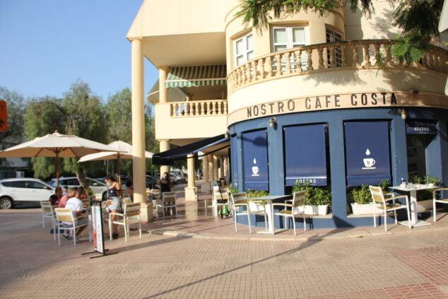 Imagen: Fachada y terraza del Café Nostro Costa