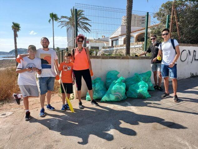 Imagen: Grupo de voluntarios en la jornada de limpieza del litoral de Xàbia