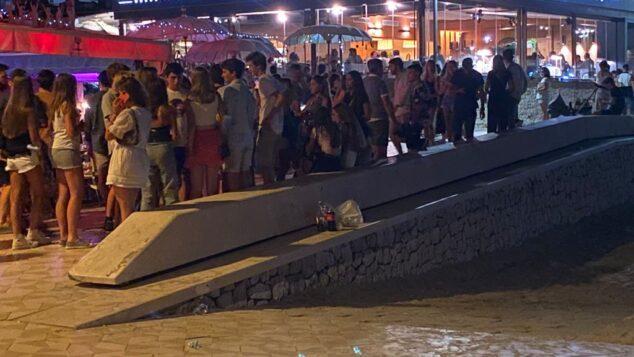 Imagen: Jóvenes agrupados en el paseo del Arenal