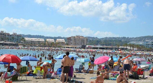 Imagen: La playa del Arenal llena de turistas